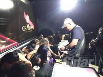 Polis sedang memeriksa GRO yang ditahan dalam serbuan malam tadi.