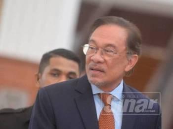 Presiden PKR yang juga Ahli Parlimen Port Dickson, Datuk Seri Anwar Ibrahim ketika ditemui di lobi Parlimen di sini hari ini. - Foto SHARIFUDIN ABDUL RAHIM