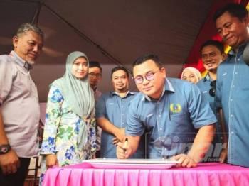 Amirudin menandatangani plak perasmian pada Kempen Sayangi Generasiku Pemadam Kuala Selangor di SMK Kuala Selangor di sini hari ini.