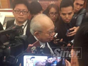 Tengku Razaleigh bercakap kepada pemberita di lobi Parlimen di sini hari ini.