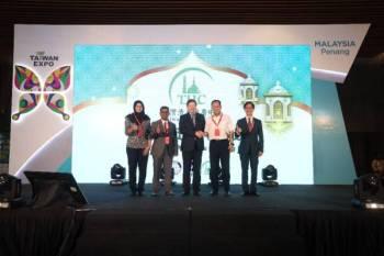 President Majlis Pembangunan Perdagangan Luar Negeri Taiwan (TAITRA), Walter M.S. Yeh (tiga dari kiri) bersalaman dengan Exco Perdagangan Dalam Negeri & Antarabangsa, Hal Ehwal Pengguna dan Pembangunan Keusahawanan,YB Datuk Haji Abdul Halim Hussain ketika Majlis Perasmian Taiwan Halal dan Bubble Tea Pavilion.