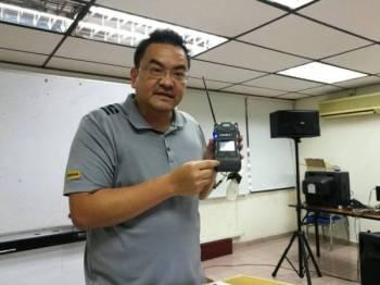 Tuan Peng menjelaskan kelamahan alat pengesan gas yang dibekalkan ke 111 sekolah.
