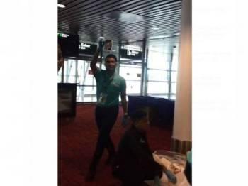 Rakaman video pekerja hotel menjumpai pasport jemaah haji dalam tong sampah.