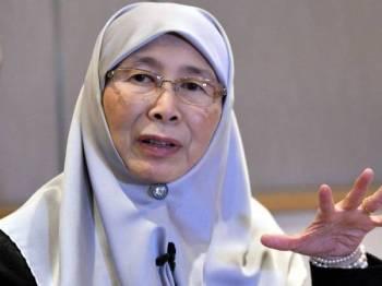 Datuk Seri Dr Wan Azizah Wan Ismail menjawab wartawan Malaysia hari ini, yang membuat liputan sempena lawatan rasmi beliau ke China selama empat hari. Foto: Bernama