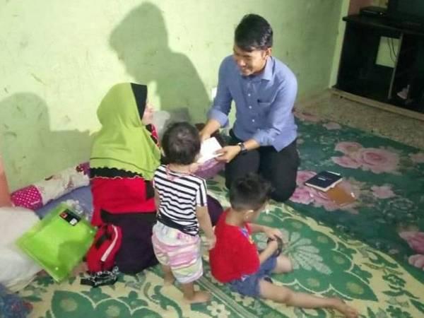Nasib keluarga ini mendapat perhatian LZS termasuk menguruskan bantuan bulanan dan pendidikan.  - Foto: LZS