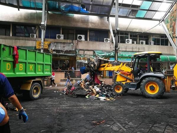 Longgokan sisa 30 gerai yang musnah terbakar 21 Mei lalu dibersihkan hari ini. - FOTO FB DBKL