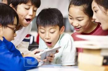 KANAK-KANAK seawal usia 13 tahun dikesan antara pengguna tegar telefon pintar dan tablet.