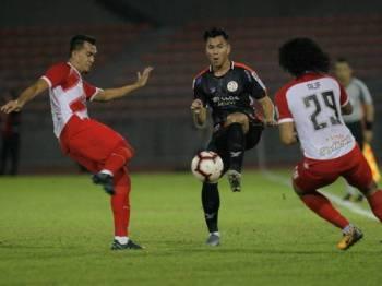 Aksi pemain pasukan Felda United FC Mohamad Arif Fadzilah Abu Bakar (tengah) diasak dua pemain Kuala Lumpur pada perlawanan Liga Super Malaysia 2019 di Stadium Bola Sepak Kuala Lumpur, Cheras semalam.  - Foto Bernama