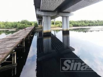 Keadaan air berwarna hitam di Sungai Danga.
