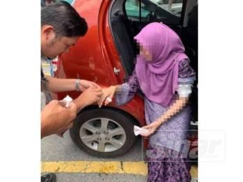 Seorang guru wanita yang cedera pada jari dan lengan diberikan rawatan awal selepas disamun seorang lelaki di sebuah pusat beli-belah Di Jalan Panglima Awang semalam.