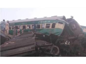 Dua kereta api bertembung di tengah Pakistan awal pagi ini dan meragut sekurang-kurangnya sembilan nyawa.- Foto Pakistan Tribune