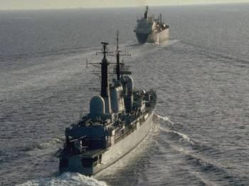 Kapal perang Britain mengiringi sebuah kapal tangki di Selat Hormuz.
