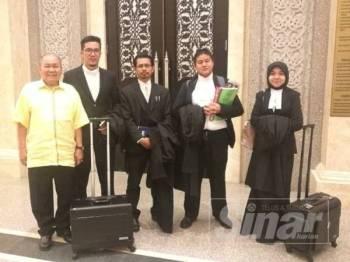 Ibrahim (kiri) bersama pasukan peguam Perkasa di Mahkamah Persekutuan hari ini.