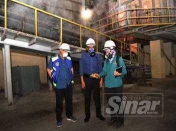 Pengarah JAS Johor, Wan Abdul Latiff Wan Jaafar bersama beberapa anggota operasi memeriksa sebuah kilang.