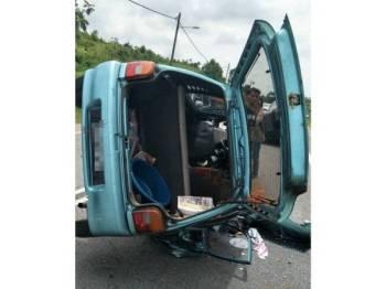 Kereta dinaiki pasangan suami isteri itu terbalik selepas bertembung di Kampung Apek petang tadi.