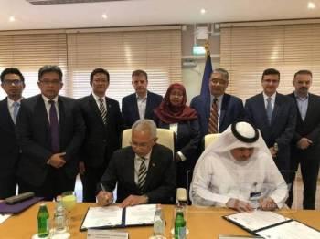 Nota kerjasama ditandatangani Naib Canselor, Prof Dr Mohd Azraai Kassim (kiri) dan Pemangku Pengurus Besar Al Jazeera Media Network, Dr Mostefa Souag di Doha.