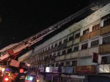 Tujuh lot kedai hangus dalam kejadian kebakaran malam tadi. - FOTO: JBPM Selangor