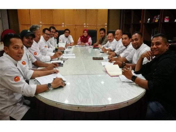 Najmiah mengetuai perbincangan sebagai persiapan penganjuran Program Melarik Bintang 27 dan 28 Julai nanti.