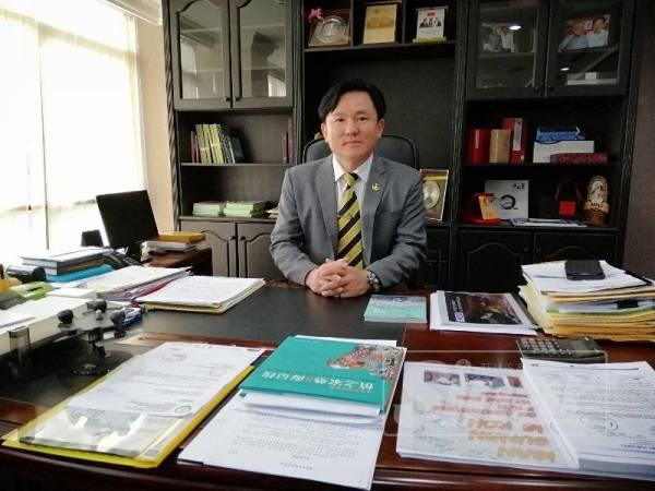 Paul Yong hadir bertugas seperti biasa.