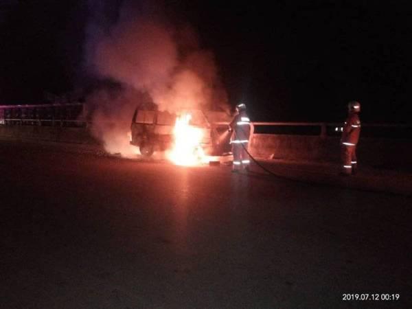 Anggota bomba membantu memadam kebakaran sebuah van di Jalan Felda Panching Selatan di sini awal pagi tadi. - Foto Ihsan Bomba