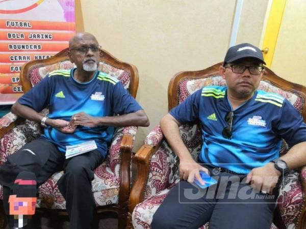 Sivarasa (kiri) bersama Anuar pada sidang media selepas merasmikan Hari Potensi Kemas Negeri Kelantan di Padang Perdana hari ini.