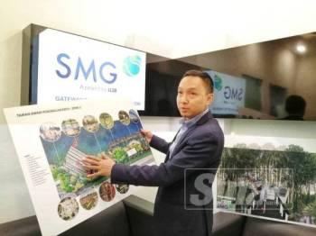 Syaiful Azmen menunjukkan pelan pembangunan di Taman Pengkalan Batu.