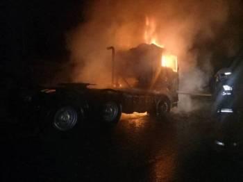 Keadaan lori yang terbakar di Jalan Mempaga-Sertik, Bentong awal pagi tadi. - Foto Ihsan Bomba