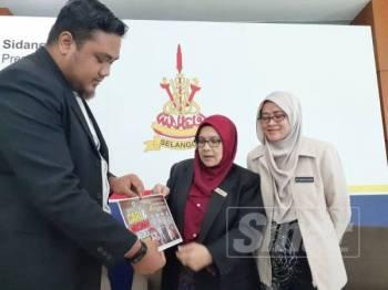 Dr Siti Mariah mengumumkan mengenai pelancaran Program Mega Cari dan Musnah Aedes Selangor di Foyer Dewan Annex Bangunan Sultan Salahuddin Abdul Aziz Shah hari ini.