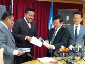 Kon Yeow (tengah) bersama Afif menunjukkan cadangan tuntutan yang dikemukakan PenMutiara kepada kerajaan negeri pada sidang media tadi.