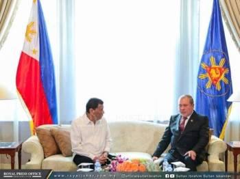 Sultan Ibrahim (kanan) ketika mengadakan pertemuannya bersama Duterte di Istana Malacanang, Manila, Filipina.