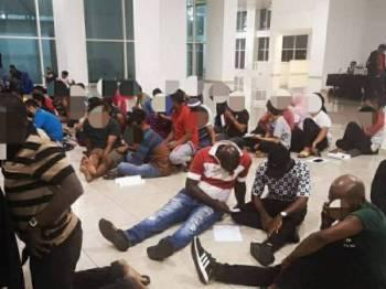 PATI yang ditahan dalam operasi tersebut dibawa ke Lokap Berpusat Jinjang untuk tindakan lanjut. -Foto Polis Kuala Lumpur
