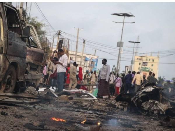 Orang ramai berkumpul di lokasi serangan bom kereta di Mogadishu yang didalangi militan Al-Shabaab tahun lalu.