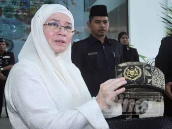 Tunku Azizah menunjukkan tanjak yang pernah dipakai Almarhum Paduka Ayahanda Sultan Ahmad Shah, ketika ditabalkan sebagai Agong ketujuh pada tahun 1979. - Foto ROSLI TALIB
