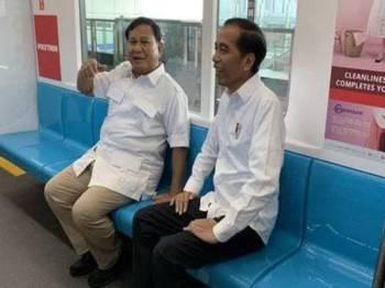 Jokowi (kanan) dan Prabowo turut berbual secara privasi.