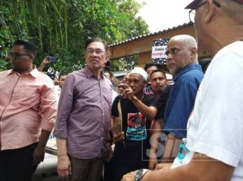 Anwar mendengar keluhan daripada nelayan yang hadir di majlis perjumpaan hari ini.