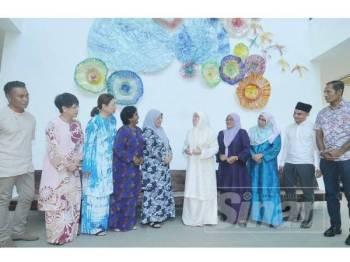 Tunku Azizah Aminah Maimunah berkenan bergambar bersama sembilan rakan seperjuangan pada sidang media di Perbadanan Muzium Negeri Pahang, di sini hari ini. Foto: Sinar Harian/Rosli Talib