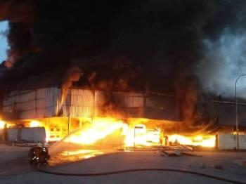 Operasi pemadaman kilang kimia terbakar di Pulau Indah giat dijalankan pasukan bomba.