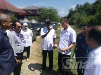 Sivarasa (tengah) berbincang dengan pegawai dan pimpinan setempat berhubung masalah air dalam lawatannya di Bukit Tebu Tanah Merah hari ini.