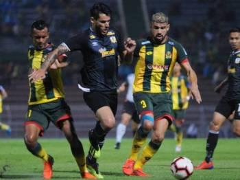 Penyerang Perak, Ronaldo (tengah) diawasi ketat dua pertahanan Kedah, Syakir (kiri) dan Renan. - Foto Mohd Asyraf