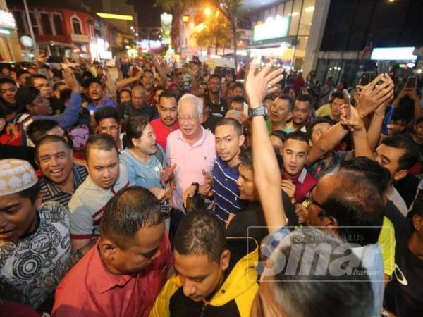 Orang ramai mula bersesak mengiringi Najib pada program Moh Bersama Bossku di Gerbang Malam, malam ini.