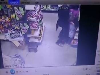 Polis kini giat memburu lelaki yang mencabul seorang kanak-kanak perempuan di sebuah kedai di Rawang, petang Rabu lalu.