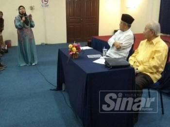 Tengku Razaleigh (kanan) mendengar soalan diajukan penonton pada program Bicara Bersama Tokoh bertajuk Masa Depan Politik Melayu anjuran Gagasan Melayu Perak di Dewan Safari Resort Sungai Perak malam tadi.