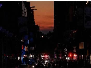 Penduduk New York bekerjasama berdepan kegelapan itu, ada yang menolong mengawal lalu lintas.