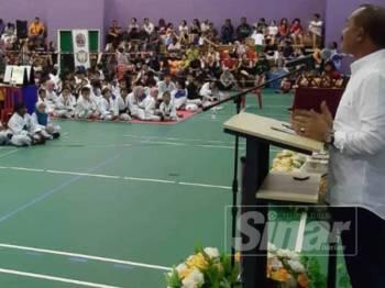 Abu Bakar ketika menyampaikan perasmian Kejohanan Seni Bela Diri Taekwondo Sekolah-Sekolah Kementerian Pendidikan Peringkat Negeri Selangor Ke-4, di Dewan Sukan Sri Andalas, di sini hari ini.