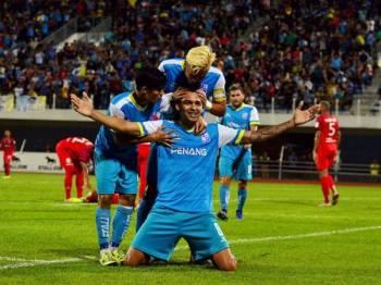 Pemain pasukan Pulau Pinang Anselmo Arruda Da Silva (tengah) meraikan jaringan gol bersama rakan sepasukan ketika menentang Sarawak pada perlawanan Liga Perdana di Stadium Bandaraya malam ini. - Foto BERNAMA