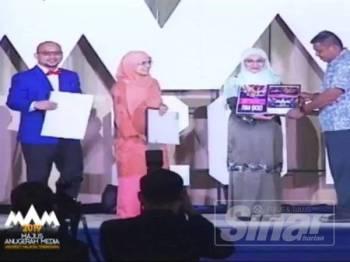 Nor Aieni (dua kanan) menyampaikan hadiah kemenangan kepada wakil Sinar Harian, Mohd Taha Yaacob.