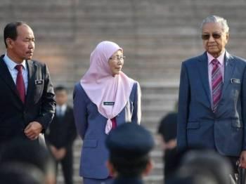 Perdana Menteri Tun Dr Mahathir Mohamad bersama timbalannya Datuk Seri Dr Wan Azizah Wan Ismail (tengah). -Foto Bernama