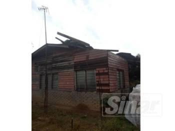 Antara rumah yang terjejas akibat dilanda ribut, petang semalam.