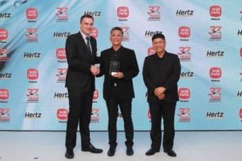 Dari kiri: Nicholas dan Harun pada majlis Hari Terbuka Sime Darby Rent A Car Sdn Bhd dan penyampaian anugerah Kecemerlangan Perniagaan Hertz Asia di Pulau Pinang kelmarin.