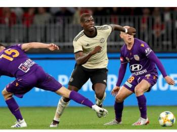 Aksi Pogba ketika perlawanan jelajah pramusim menentang Perth Glory di Stadium Perth, Australia baru-baru ini. -Foto AP